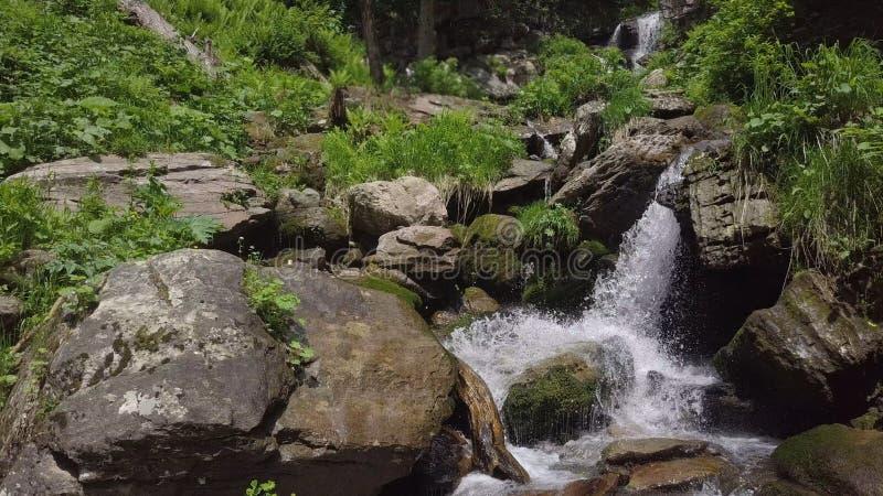 Sluit omhoog van dalend water bij watervallen royalty-vrije stock afbeeldingen