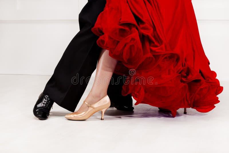 Sluit omhoog van dansersvoeten Balzaaldansers op de dansvloer stock afbeelding