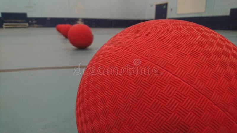 Sluit omhoog van de bovenkant van opgestelde dodgeballs royalty-vrije stock afbeelding