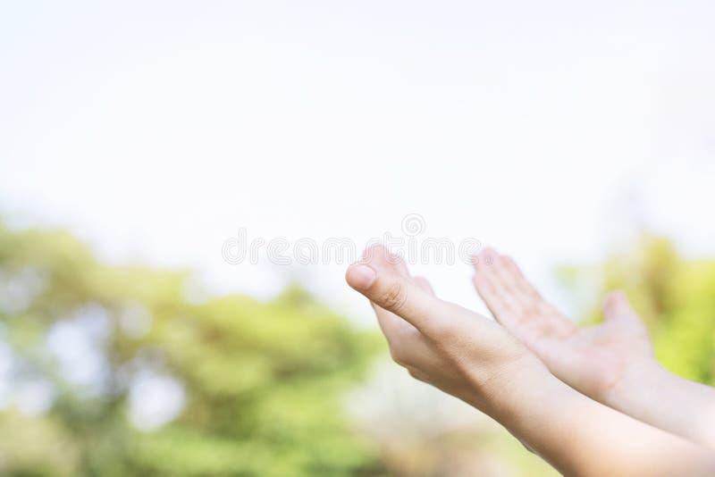 Sluit omhoog van de Christelijke mens met het bidden van het open handenverering christelijke bereiken voor de hemel stock fotografie
