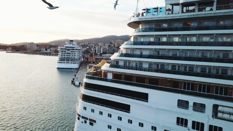 Sluit omhoog van de cruisevoering terug met cabines en grote zonparaplu's aan boord, reis en neem concept zijn toevlucht voorraad stock foto