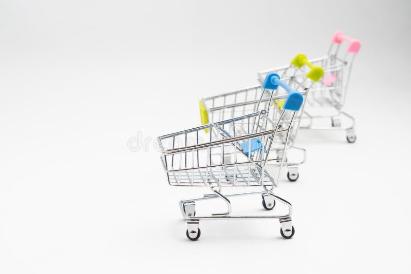 Sluit omhoog van de duwkar van de supermarktkruidenierswinkel voor het winkelen met blac royalty-vrije stock afbeelding