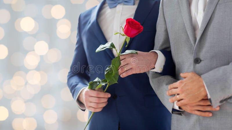 Sluit omhoog van de gelukkige mannelijke vrolijke handen van de paarholding stock foto