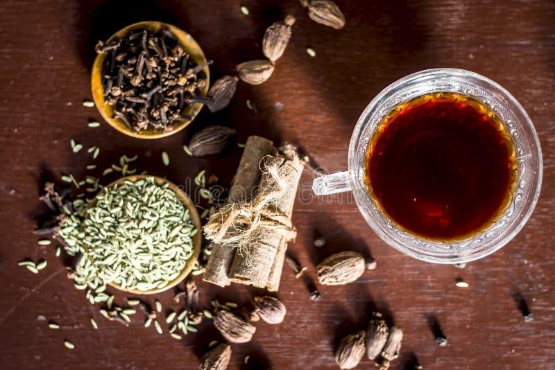 Sluit omhoog van de groene thee van Ayurvedic met elk van zijn ingredi?nten i e zwarte peper, cinnmon, gember & venkelzaden stock afbeeldingen