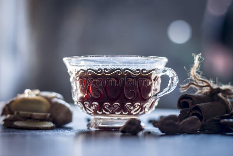 Sluit omhoog van de groene thee van Ayurvedic met elk van zijn ingredi?nten i e zwarte peper, cinnmon, gember & venkelzaden royalty-vrije stock fotografie