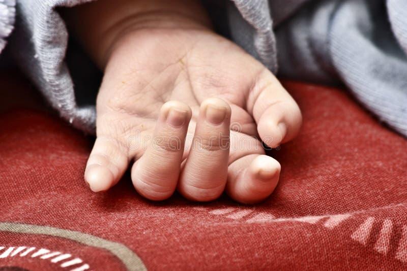 Sluit omhoog van de hand van een baby stock foto
