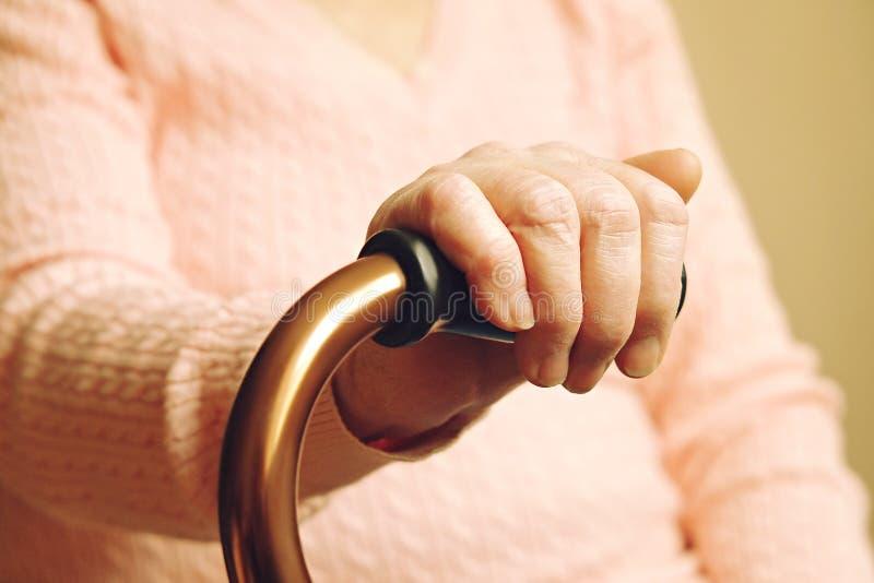 Sluit omhoog van de handen van de rijpe vrouw Gezondheidszorg die, verpleeghuis geven Ouderlijke liefde van grootmoeder Oude dag  stock fotografie