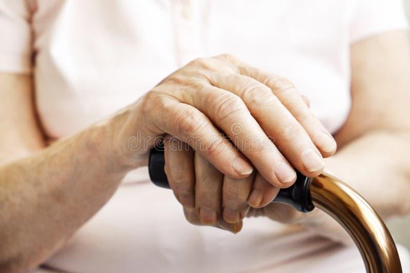 Sluit omhoog van de handen van de rijpe vrouw Gezondheidszorg die, verpleeghuis geven Ouderlijke liefde van grootmoeder Oude dag  royalty-vrije stock afbeelding