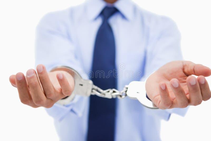 Sluit omhoog van de handen van een beroeps met handcuffs royalty-vrije stock foto