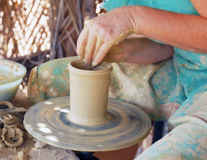 Sluit omhoog van de handen van een pottenbakker royalty-vrije stock foto