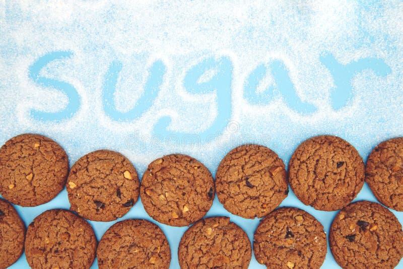 Sluit omhoog van de koekjes van een groepschocoladeschilfer velen gestapeld op schortjute royalty-vrije stock afbeelding