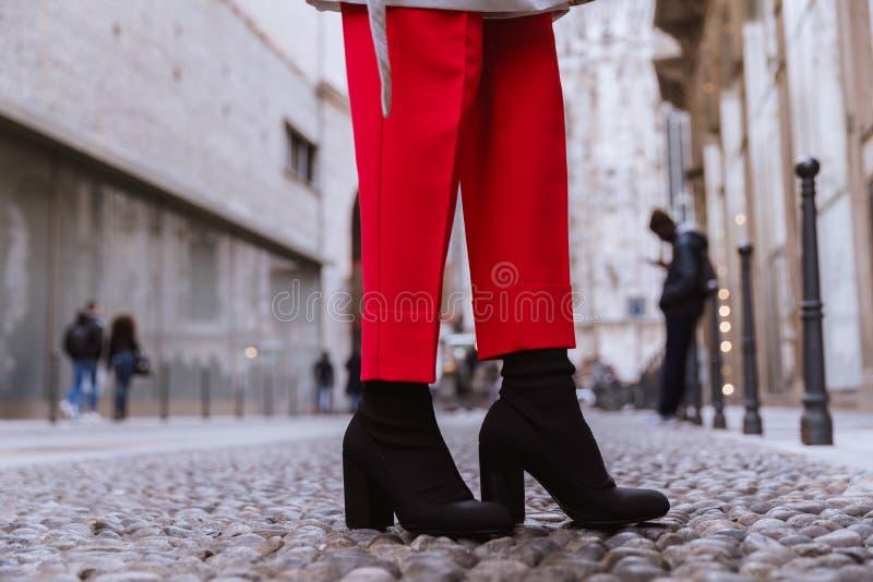 Sluit omhoog van de laarssokken van zwarten op de Italiaanse straat royalty-vrije stock foto