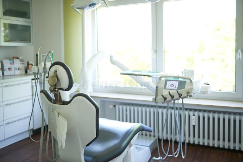 Sluit omhoog van de lege stoel en het materiaal bij een tandchirurgie royalty-vrije stock fotografie