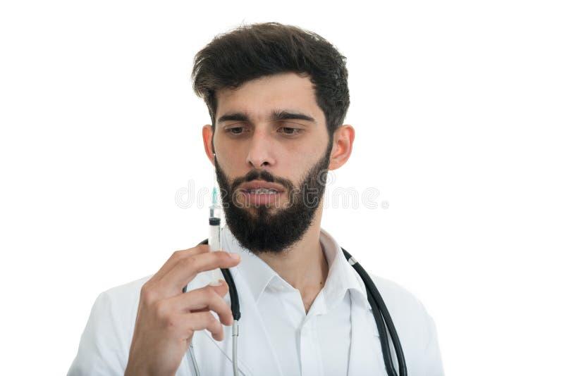 Sluit omhoog van de mannelijke spuit van de artsenholding met injectie stock fotografie