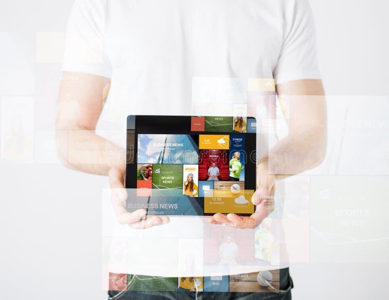 Sluit omhoog van de mens met de Web-pagina's van tabletpc en royalty-vrije stock foto's