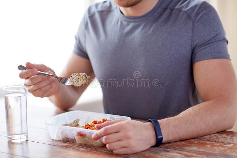 Sluit omhoog van de mens met vork en water etend voedsel stock foto's