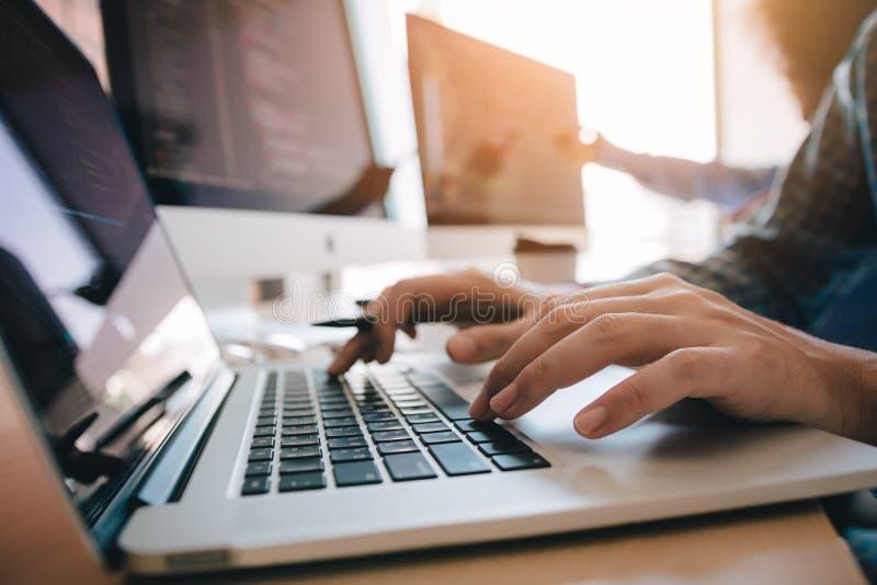 Sluit omhoog van de ontwikkelaarmens van de handen het eigentijdse website typen en het schrijven code voor programmawebsite en h stock fotografie