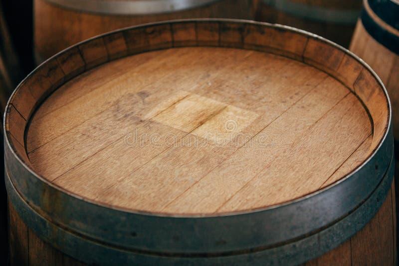 Sluit omhoog van de oude houten wijnvatten met ijzerhoepels stock afbeelding