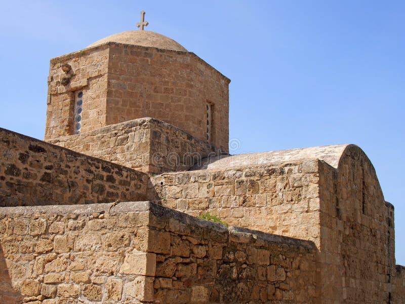 sluit omhoog van de oude kerk die van Ayia Kyriaki Chrysopolitissa in paphos Cyprus de basiliek gestalte gegeven structuur en de  royalty-vrije stock fotografie