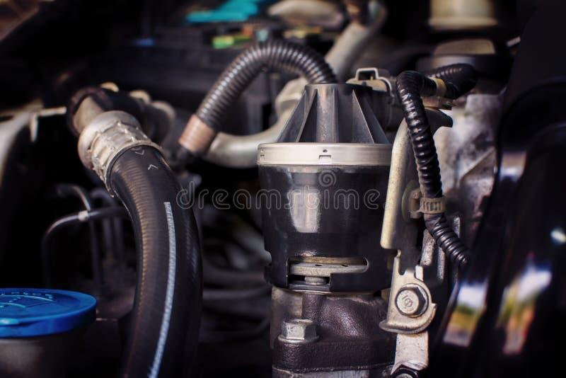 Sluit omhoog van de oude uitlaatgasrecyclage in de motor comp royalty-vrije stock foto's