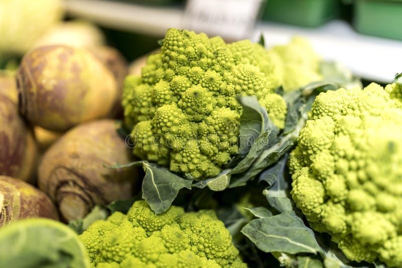 Sluit omhoog van de rijpe en trillende groene groente van Romanesco en van de koolraap stock afbeeldingen