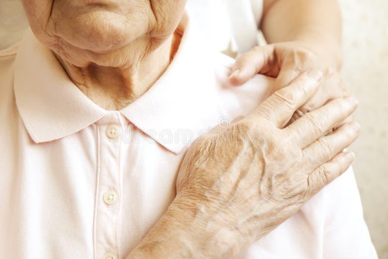 Sluit omhoog van de rijpe handen van de vrouw & van de verpleegster Gezondheidszorg die, verpleeghuis geven Ouderlijke liefde van royalty-vrije stock afbeeldingen