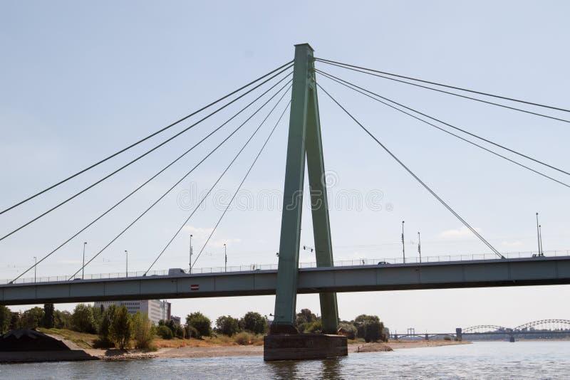 Sluit omhoog van de severinsbrug bij de Rijn-rivier in Keulen Duitsland stock afbeeldingen