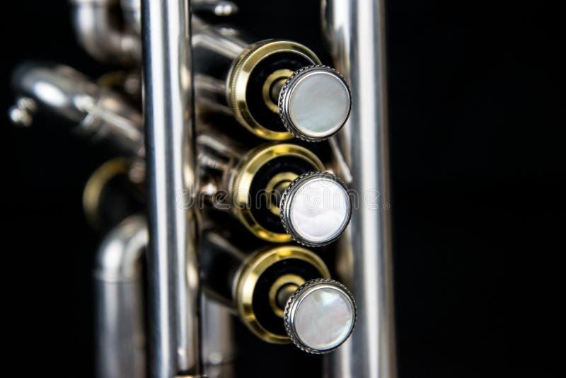 Sluit omhoog van de silverplated trompet stock foto's