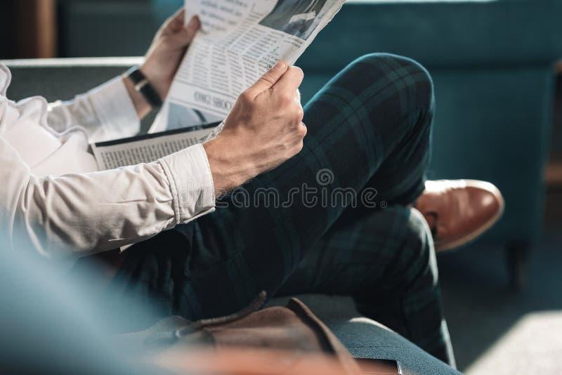 Sluit omhoog van de slimme succesvolle rijpe krant van de mensenholding stock afbeeldingen
