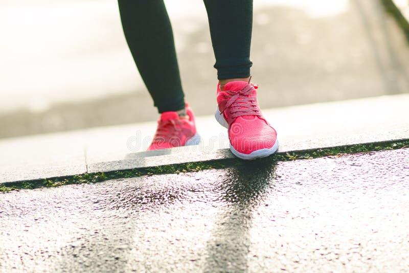 Sluit omhoog van de sportenschoenen van womanJonge vrouw het lanceren treden Gezonde Levensstijl Fitness sport Cardio Opleiding royalty-vrije stock fotografie