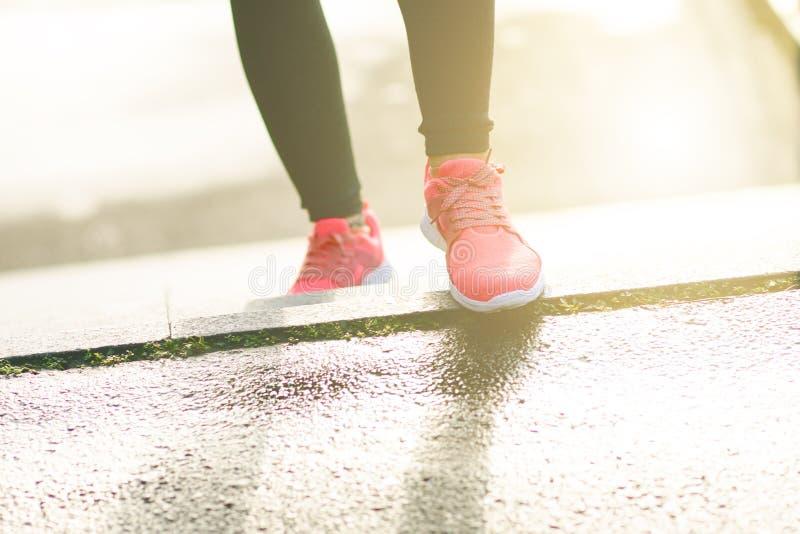 Sluit omhoog van de sportenschoenen van womanJonge vrouw het lanceren treden Gezonde Levensstijl Fitness sport Cardio Opleiding stock afbeeldingen