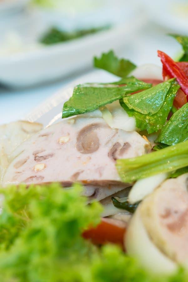 Sluit omhoog van de Thaise salade van het keuken kruidige varkensvlees royalty-vrije stock foto's