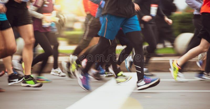 Sluit omhoog van de Voeten die van Mensen Marathonrace in werking stellen op City Road Het onduidelijke beeld van de motie royalty-vrije stock foto's