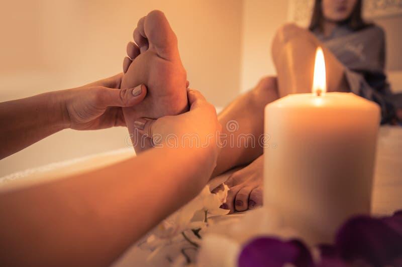 Sluit omhoog van de voeten en de schoonheidszaaldecoratie van de vrouw stock foto