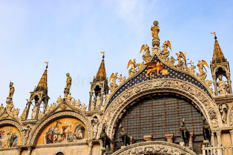 Sluit omhoog van de voorgevel van St Teken` s Basiliek, kathedraalkerk van Venetië, Italië stock afbeelding