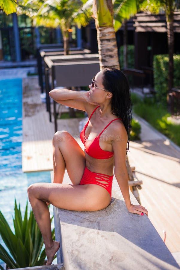 Sluit omhoog van de zomerportret van Vrouw genieten ontspannend in de pool Mooi jong het meisjesmodel van de donkerbruin haar sex stock fotografie
