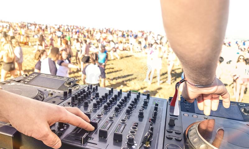 Sluit omhoog van DJ die elektrogeluid op de moderne speler van CD spelen usb bij stock foto's
