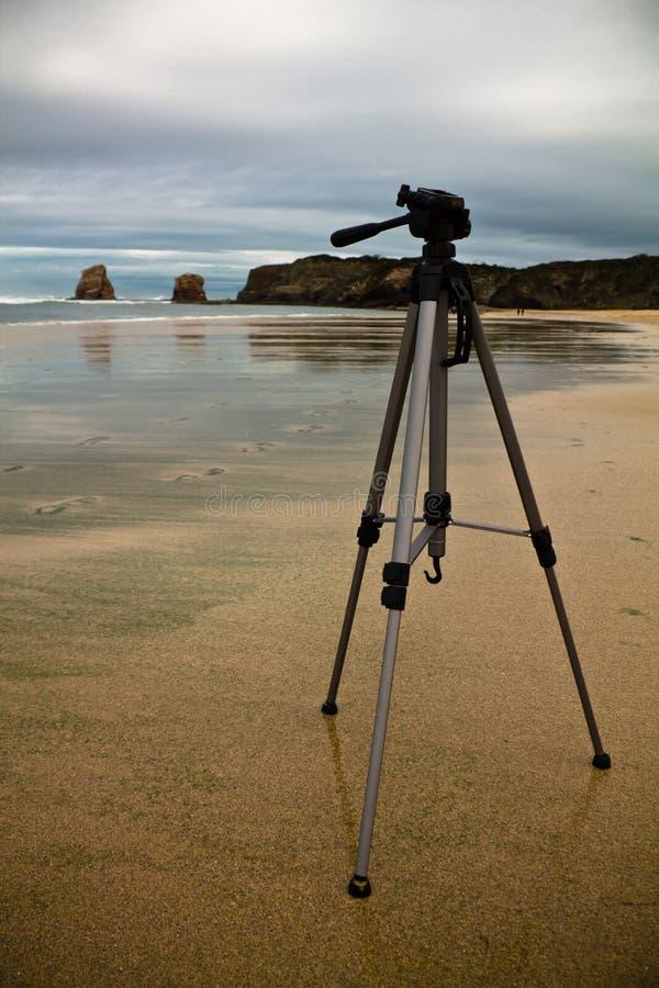 Sluit omhoog van driepoot op zandig strand in stormachtig weer stock fotografie