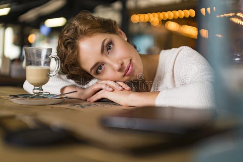 Sluit omhoog van droevige jonge vrouw diep in gedachte in openlucht Portret van jonge leuke elegante vrouwenzitting openlucht in  stock foto