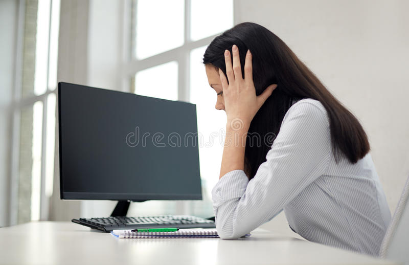 Sluit omhoog van droevige vrouw met computer en notitieboekje stock afbeelding