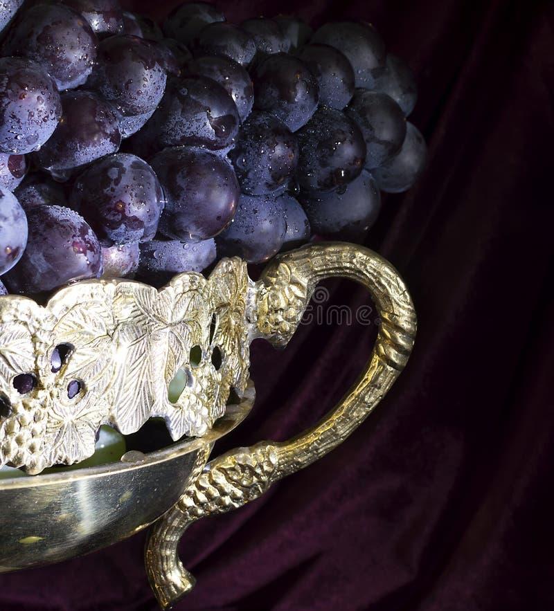 Sluit omhoog van druif in vaas stock fotografie