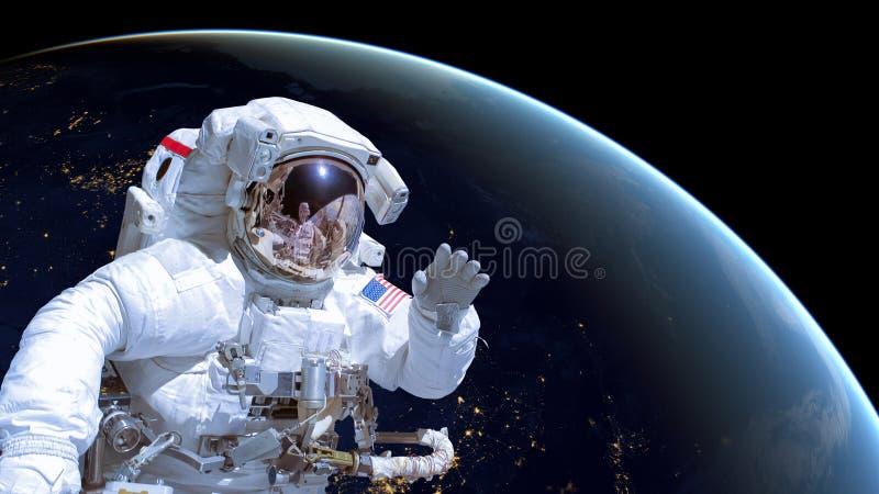 Sluit omhoog van een astronaut in kosmische ruimte, aarde 's nachts op de achtergrond stock fotografie