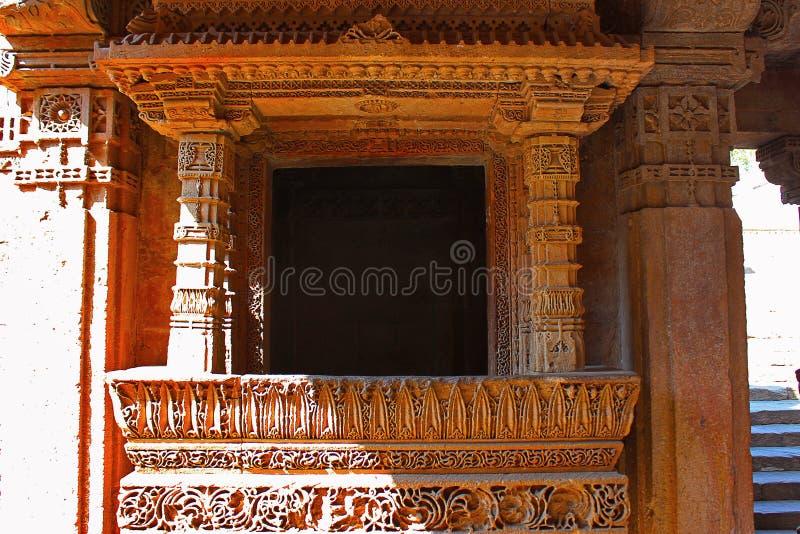 Sluit omhoog van een balkon met ingewikkelde die patronen op de grenzen worden gegraveerd Adalaj Stepwell, Ahmedabad, Gujarat royalty-vrije stock foto's