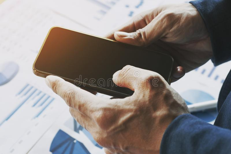 Sluit omhoog van een bedrijfsmens die mobiele slimme telefoon houden stock fotografie