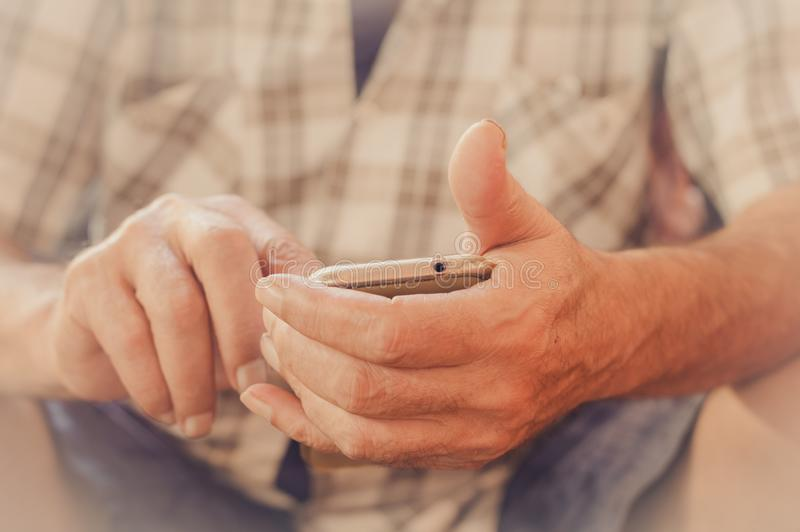 Sluit omhoog van een bejaardehand gebruikend mobiele slimme telefoon royalty-vrije stock afbeeldingen