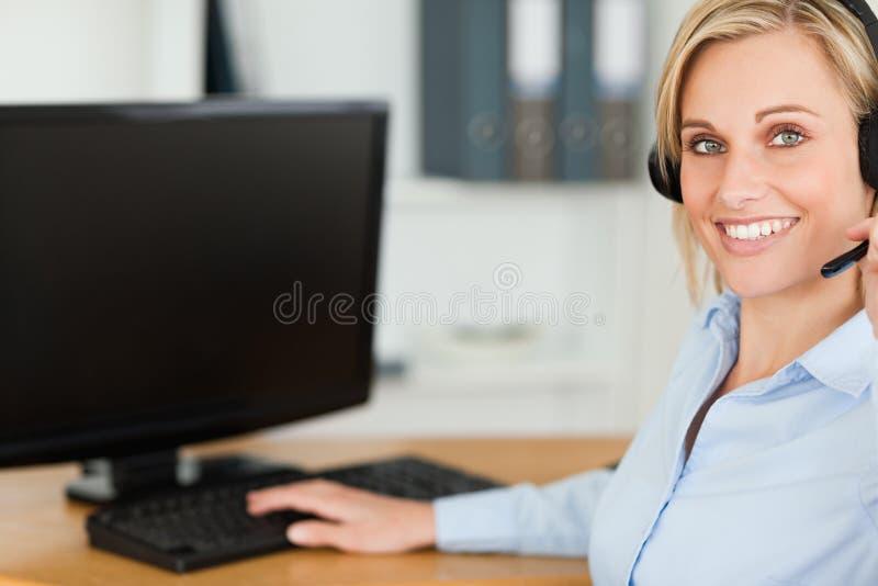 Sluit omhoog van een blonde onderneemster royalty-vrije stock afbeelding