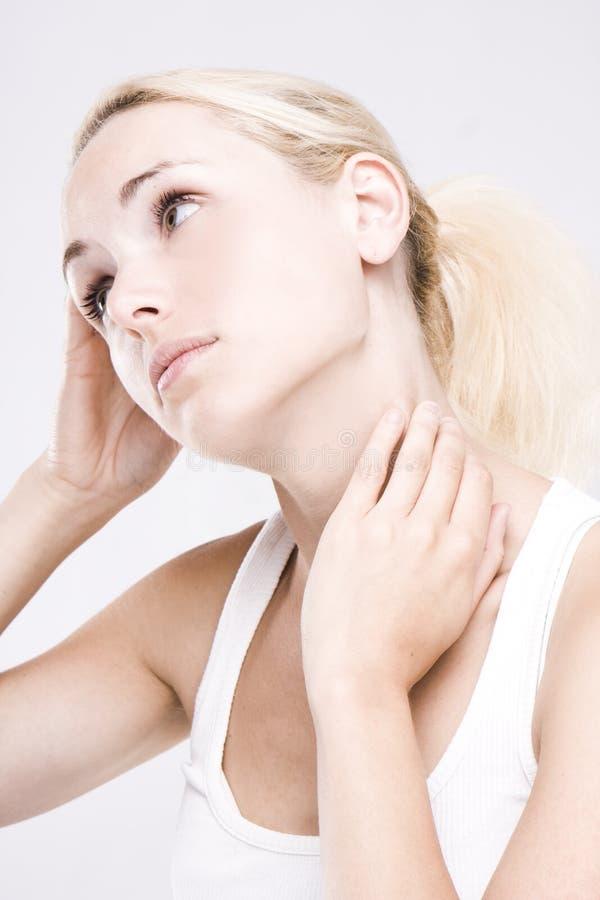 Sluit omhoog van een blonde vrouw die haar hals masseert royalty-vrije stock foto