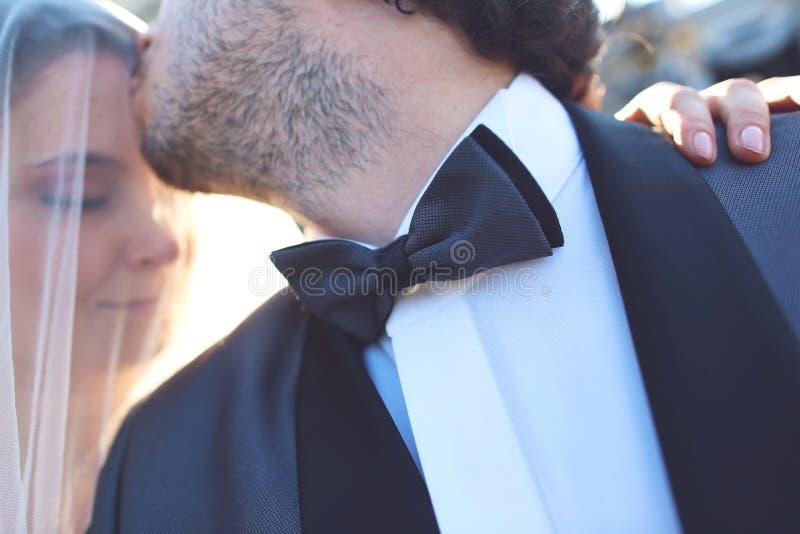 sluit omhoog van een bruid en een bruidegom stock fotografie