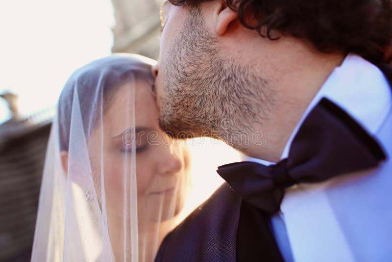 sluit omhoog van een bruid en een bruidegom royalty-vrije stock afbeeldingen