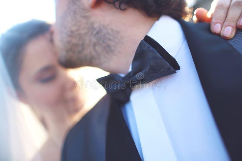 sluit omhoog van een bruid en een bruidegom stock foto